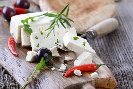 Collation grecque avec fromage feta, olives et du pain pita
