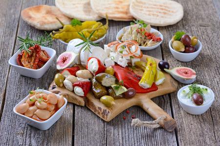 queso: Una selecci�n de aperitivos t�picos griegos Foto de archivo