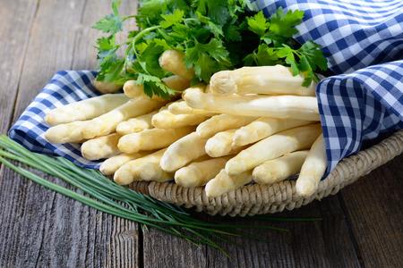 독일 - 바바리아 나무 테이블에 신선한 흰색 아스파라거스 스톡 콘텐츠
