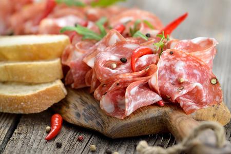 Salami italien de Toscane servi sur une planche de bois Banque d'images - 40034663