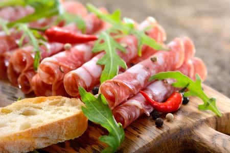 catarro: Salami italiano de la Toscana que se presentan en una tabla de madera