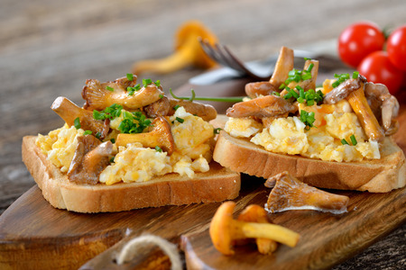 huevos fritos: Huevos revueltos con rebozuelos en tostada