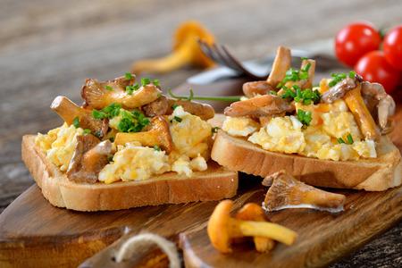 Míchaná vajíčka s liškami na toastu Reklamní fotografie