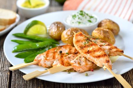 brochetas de frutas: patatas a la parrilla pinchos de salmón servido con guisantes de nieve y al horno con crema agria