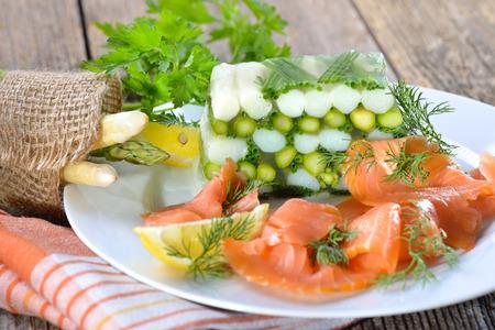 salmon ahumado: Espárragos jalea con el espárrago y el cebollino blanco y verde fresco, servido con delicioso salmón ahumado