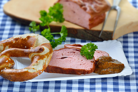 albondigas: llevar la comida bávara: Rebanadas de pastel de carne caliente con mostaza dulce y un pretzel en un plato de papel Foto de archivo