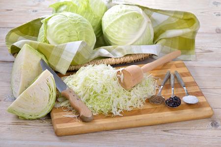 식품 발효, 소금에 절인 양배추 만들기 : 흰 양배추, 캐러 웨이 씨앗, 주니퍼 열매, 소금 및 파운데이션