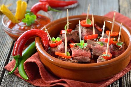 Medium gebakken biefstuk tapas met chili, paprika en hete dipsaus