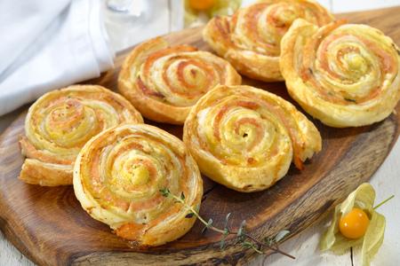 salmon ahumado: Rollos de masa hojaldre rellenos al horno con slamon ahumado, queso crema y hierbas fesh
