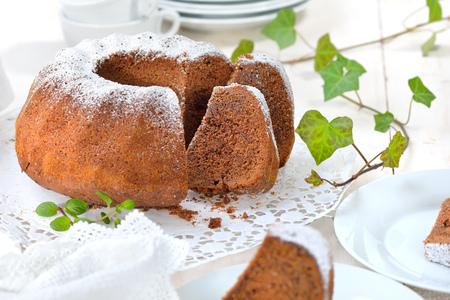 """Čerstvě upečený koláček ve tvaru prstenu s čokoládou, tzv. """"Gugelhupf"""" v Rakousku a Německu"""