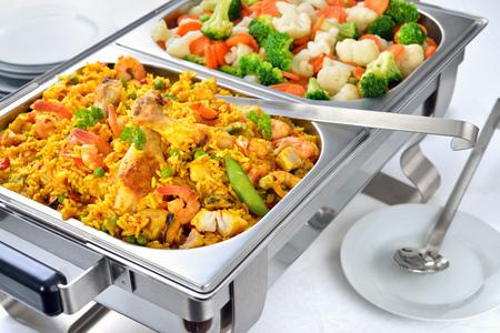 Teplý bufet se španělskou paella a smíšenou máselnou zeleninou podávaný v oděru