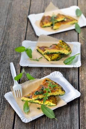 Střihy ozdobené bylinné omelety s parmezánem