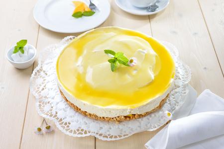 Čerstvý tvarohový koláč s mangovým ovocem a glace, kufřík z dortů z cookie Reklamní fotografie