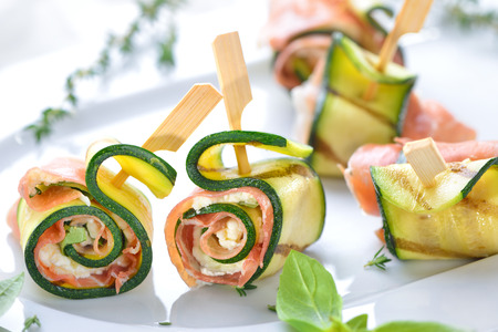 Zucchini appetizer rolls with delicious Italian ham and cream cheese with basil Banque d'images