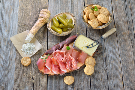 South Tyrolean snack with bacon, salami, red wine cheese, herb ham, fresh horseradish and local crunchy rye bread Banque d'images