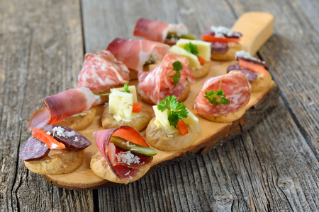 South Tyrolean appetizers: Local crunchy rye bread with smoked bacon, hearty wine cheese and Italian salami Banque d'images