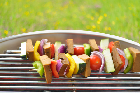 Meatless grilling: vegetarian skewers with seitan and mixed vegetables on a grill Reklamní fotografie