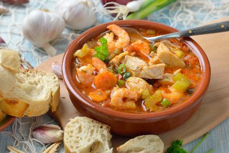 Soupe de poisson méditerranéenne servie avec du pain blanc frais Banque d'images