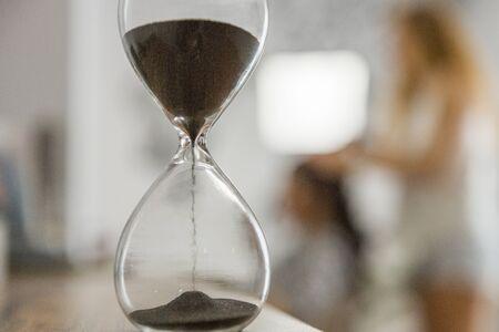 Een oude antieke zandloper detecteert de tijd. oude klok werkt met zand.