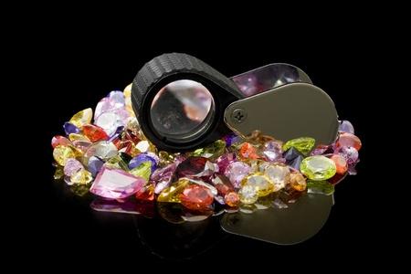 piedras preciosas: Gemas de colores y Lupa Foto de archivo