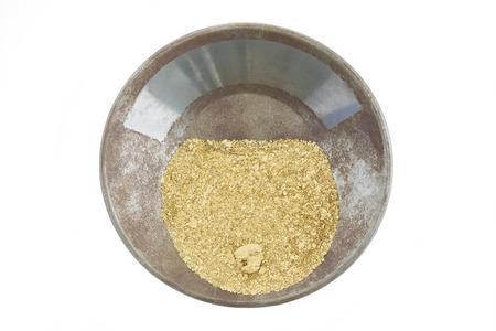 lingotes de oro: Un recipiente de oro lleno de oro de placer natural,