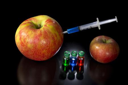 genetically modified: Mela normale e geneticamente modificato con vari composti