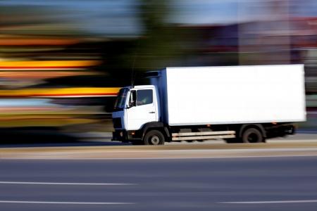 lorry: Camion bianco sulla strada su sfondo astratta sfocatura  Archivio Fotografico