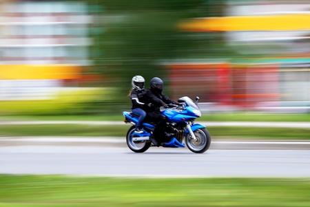 Motorfiets, paar, reizen en levensstijl vervagen  Stockfoto
