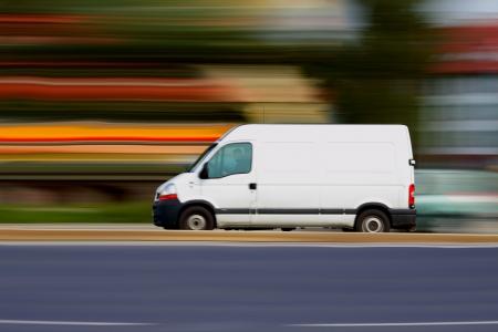 doprava: Blur rychlé bílá dodávka s bílými prázdné pro váš text Reklamní fotografie