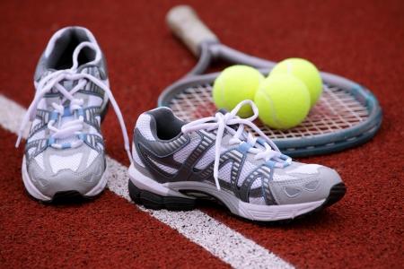 Sportschoenen voor tennis op Hof achtergrond Stockfoto