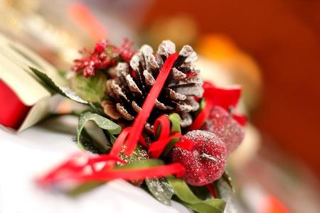 Kerst decoratie met kaars, kegel en spar op vakantie tafel