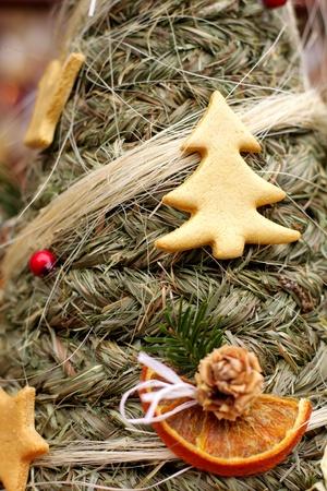 Folk Kerstmis sparren boom met snuisterij en ornamenten