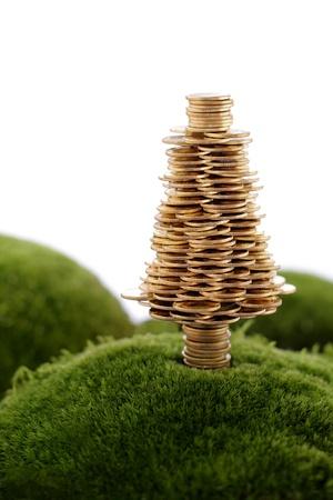 Gouden Boom gemaakt van gouden munten op de groene heuvel  Stockfoto