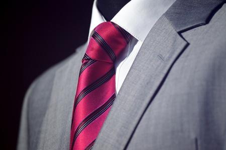 traje: Traje elegante y con estilo