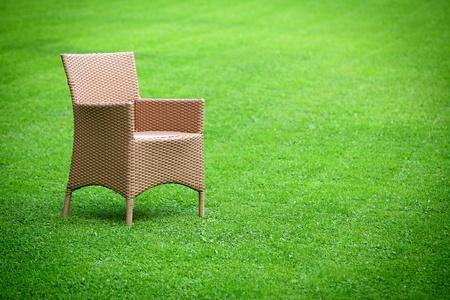 sedia vuota: Sedia vuota in mezzo al prato
