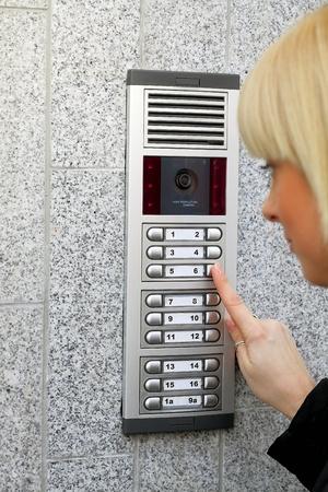 Video intercom op de binnenkomst van een huis en vreemde gast, technologie en veiligheid achtergrond