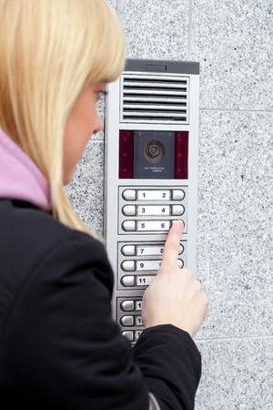 Video-intercom bij de ingang van een huis en vreemde gast, technologie en veiligheid achtergrond
