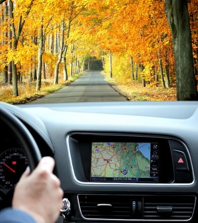 Reizen per auto met gps in herfstachtig landschap Stockfoto