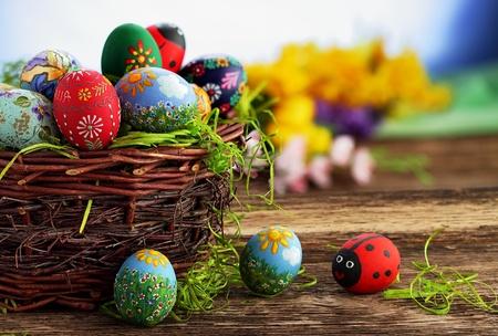 pascuas navide�as: Los huevos de Pascua y mesa de madera natural de pa�s, y la textura de fondo