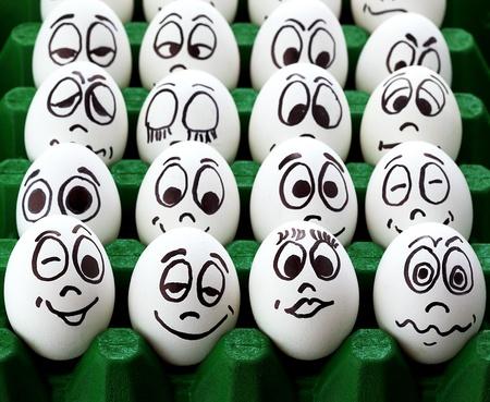 caras de emociones: Huevos de pascua blancos y caras graciosas Foto de archivo