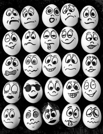 caras chistosas: Huevos blancos y muchas caras graciosas Foto de archivo