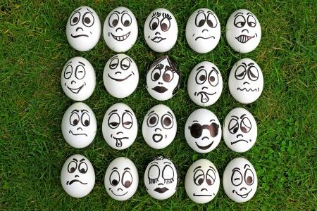 Huevos blancos y muchas caras graciosas Foto de archivo - 15192808