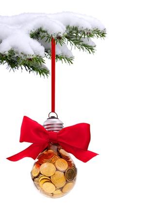 Kerst groenblijvende sparren boom met traditionele lichte glazen bal op sneeuw achtergrond