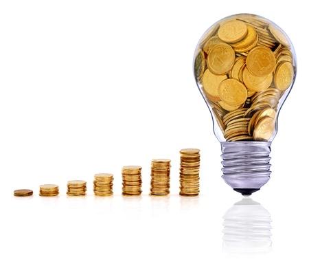 Gouden glas gloeilamp creatieve symbool van het bedrijfsleven, hernieuwbare energiebronnen