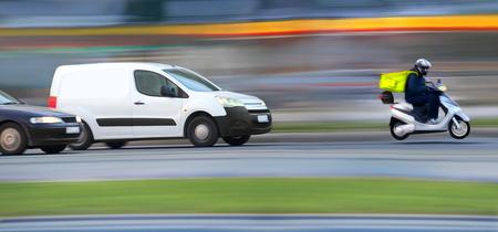Goederen aan de telefoon, snelle vervaging koerier op de weg in de verkeersopstopping