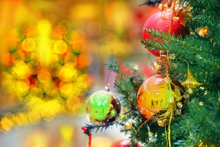 クリスマス ツリー、デコレーション、多くの贈り物には、背景をぼかし