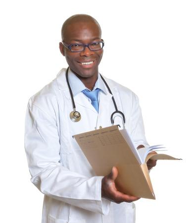 Afrikaanse arts die een medisch dossier