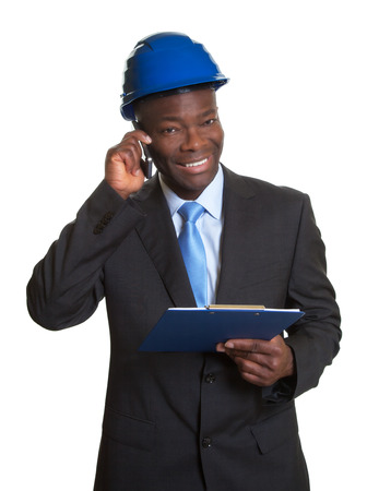 Afrikaanse architekt lachen om de telefoon Stockfoto