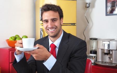 hombre tomando cafe: Atractivo hombre latino consumo de caf� Foto de archivo