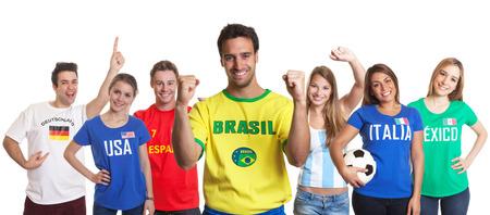 Gelukkig sportfan uit Brazilië met andere fans Stockfoto
